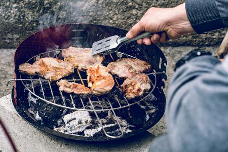 近距离的猪肉烹饪在户外烧烤食物