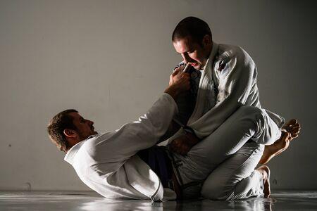 Brasilianisches Jiu-Jitsu-BJJ-Training, das auf den Tatami zwei Kämpfer in Wachposition im Training spart Standard-Bild