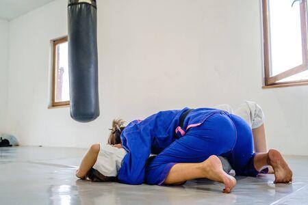 Kontrola boczna 100 kg pozycja, o sae komi pin judo bjj brazylijskie treningi jiu jitsu sparing dwie kobiety zawodniczki podczas treningu w kimono Zdjęcie Seryjne