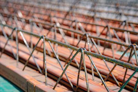 Primo piano su travi reticolari e travi reticolari capriate in acciaio per prefabbricati in calcestruzzo con elementi in ceramica pronti per l'installazione in cantiere o in magazzino