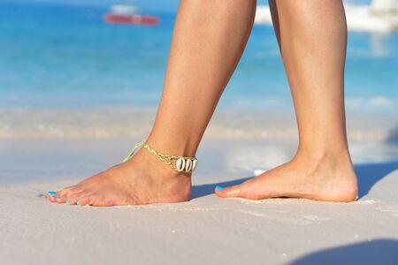 Meisje dat blootsvoets op het zandstrand staat, voelt zich wandelen in de zomervakantie zonnige dag aan zee of oceaan Stockfoto