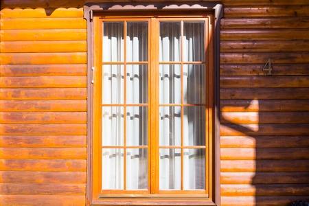 sipario chiuso: parete di legno con una grande finestra, chiuso il sipario su cui cade l'ombra Archivio Fotografico