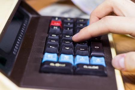 teclado num�rico: El hombre hace c�lculos en una calculadora retro