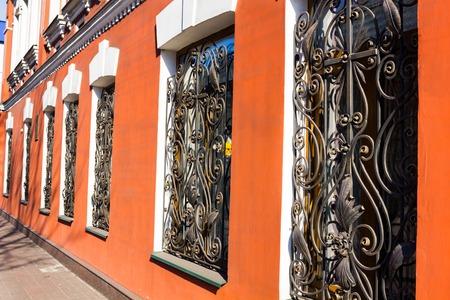 bares hermosas de hierro forjado en la bonita ventanas