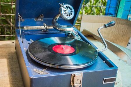 Old vintage gramophone with vinyl records in flea market Foto de archivo