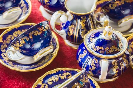Bleu à thé Vintage à un marché aux puces Banque d'images - 60873382