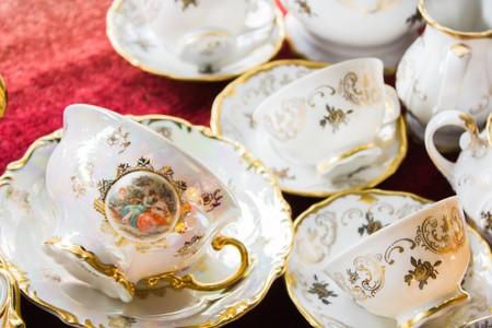 White Vintage tea set at a flea market Foto de archivo