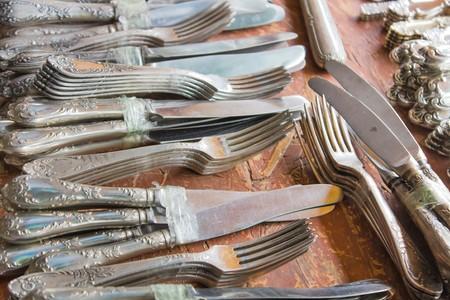 Many silver cutlery at a flea market Foto de archivo