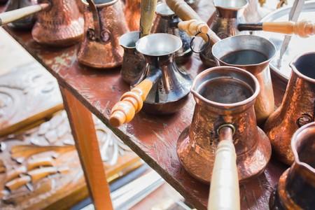 Beaucoup de café turc vintage à un marché aux puces Banque d'images - 60873390