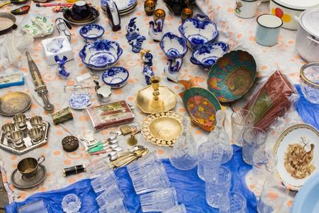 Lots of different little things lie at the flea market Foto de archivo