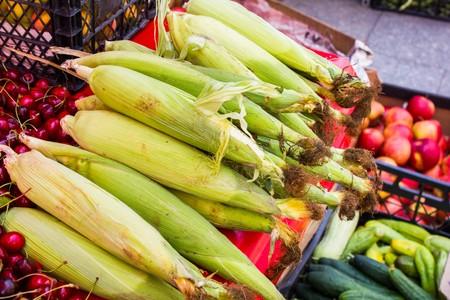 Many ripe young corn on the counter market Foto de archivo