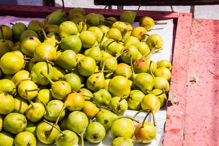 A lot of ripe juicy pears on the counter of the vegetable market Banque d'images