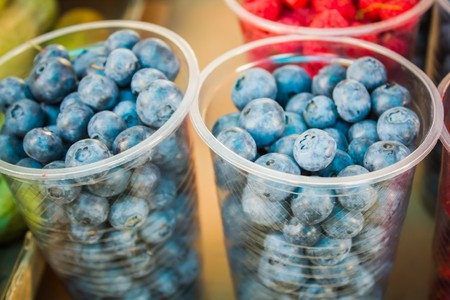 fresh blueberries, currants, blackberries, cranberries and raspberries. Focus berries in spoon Banque d'images