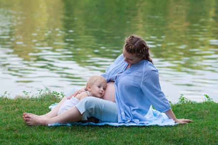 2 to 3 years: Boy e sua madre incinta all'aperto, in attesa del bambino