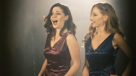 Twee mooie operazangeres meisje. 4 k portret close-up van de zanger van de kunstenaar.