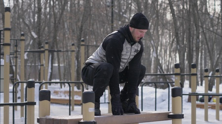 Sport man jumping on bench on crossfit training at sport ground outdoor 스톡 콘텐츠