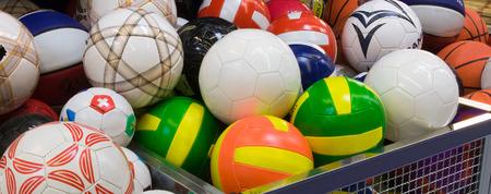 Viele farbige volleyballs im Supermarkt