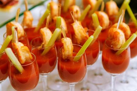 camaron: C�cteles de aperitivo con jugo de tomate y camarones - Catering. Acercamiento