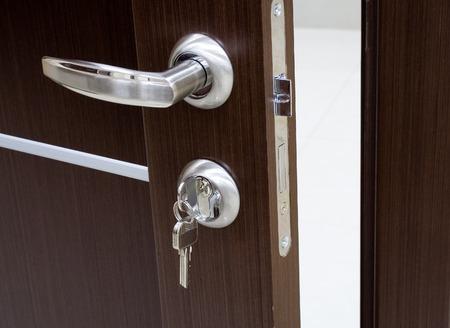 Nahaufnahme von einer offenen Tür Schloss und Griff Standard-Bild