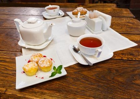 desayuno romantico: Desayuno rom�ntico - t�, magdalenas y croissants