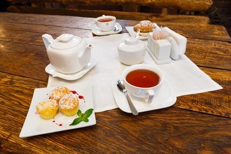 petit dejeuner romantique: Petit d�jeuner romantique - th�, muffins et croissants