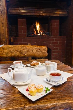 petit dejeuner romantique: Petit d�jeuner romantique � proximit� de chemin�e - th�, muffins et croissants
