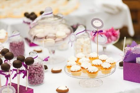 Serviert festliche Schokoriegel Tisch mit kleinen Kuchen und andere Desserts Lizenzfreie Bilder
