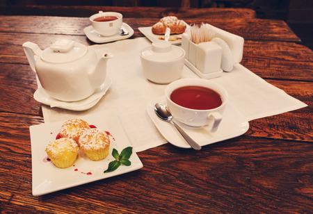 desayuno romantico: Desayuno romántico - té, magdalenas y croissants