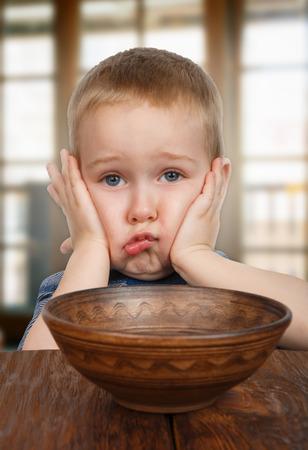 Cute blonde Junge frech und unzufrieden sich weigert zu essen