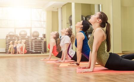 fitnes: Grupa kobiet podejmowania krok aerobik w klasie siłowni