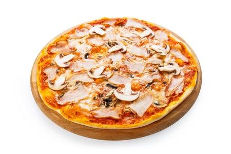 Leckere Pizza mit Pilzen und geräucherter Hähnchenfleisch - dünne Kruste auf weißem Hintergrund