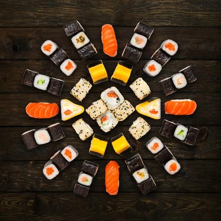 comida japonesa: Japonesa de entrega restaurante de comida - sushi maki california conjunto de rodillo aislados plato en el fondo de madera, superior ver