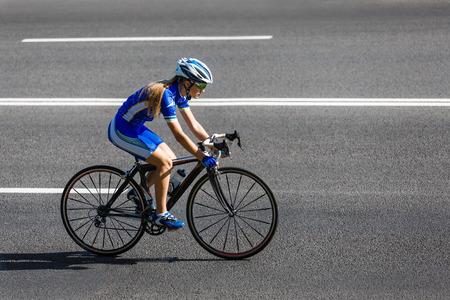 andando en bicicleta: Bicicleta de carreras a caballo Mujer ciclista deportista. Mujer de ciclismo en carretera de campo o carretera. Capacitaci�n para el triatl�n o la competencia de ciclismo. Foto de archivo