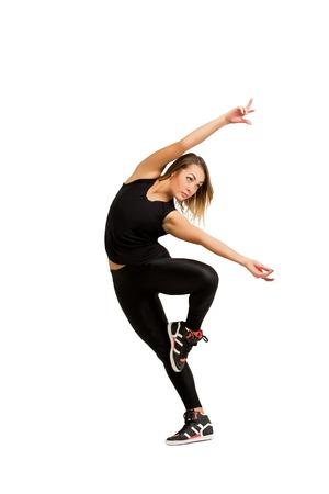 Moderne en eigentijdse stijl danser. Jonge danser vrouw in zwarte kleding dansen geïsoleerd op een witte achtergrond, studio-opname. Meisjesdanser geïsoleerd. Fitness en dans concept.