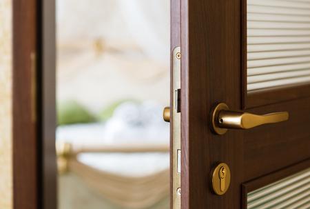Die Hälfte geöffnete Tür aus einem Schlafzimmer. Hotelschlafzimmer Tür halb offen. Hotelzimmer gern gesehene Gäste. Standard-Bild - 53879091