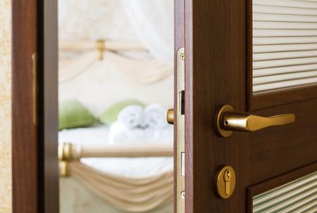 privacidad: Hotel puerta de la habitación entreabierta. Foto de archivo