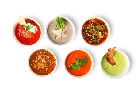 Variedad de sopas, platos calientes, restaurante de comida saludable. sopa de miso japonés, asiático sopa de pescado, sopa de remolacha ruso, sopa de guisantes Inglés, sopa de champiñón, gazpacho español aislado en blanco. Vista desde arriba, en posición plana.