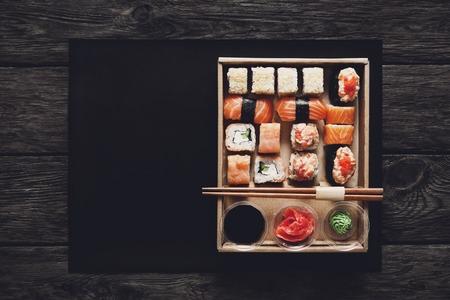 jengibre: restaurante de comida japonesa, sushi maki gunkan placa de rollo o bandeja de sistema.