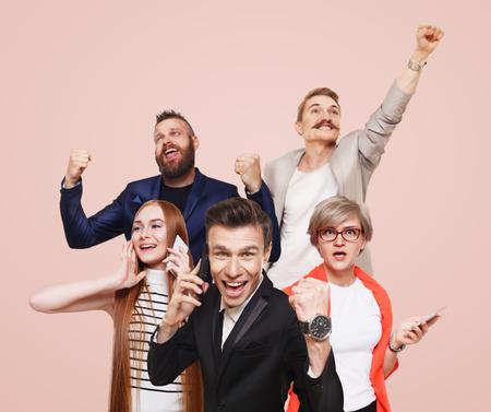 Grupo de gente feliz llamar teléfonos celulares y celebrar la noticia de premio ganar, el éxito. Conexión, comunicación. Los compradores, descuento y venta. hombres y mujeres emocionales con los dispositivos, tiendas de aplicaciones móviles.