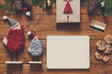 fiestas electronicas: fondo línea de las compras de Navidad. Blanco Tableta con espacio de copia vista desde arriba en la madera, tarjeta de crédito, los juguetes de Navidad ans presentes. dispositivos electrónicos, el comercio por Internet en vacaciones de invierno concepto