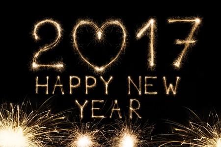 2017 Neujahr Text von Kerzen Feuerwerk auf schwarzem Hintergrund mit Herz-Form, Liebe Symbol und Gruß. Zweitausend siebzehn Zahlen mit Rand funkelt. Beleuchtete aktuellen Zahlen für das Kalender