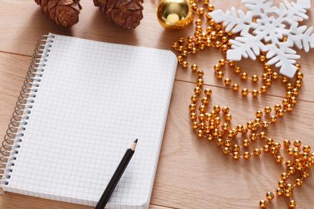 Weihnachten Planung Hintergrund. Bereiten Sie die Winterferien. Draufsicht flach lag von Weihnachtsdekorationen, Notizzetteln, Stift und Handy auf Holz. Kopieren Sie Platz für den Merk oder shedule Standard-Bild - 67155771