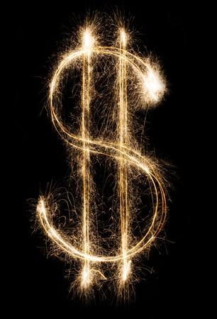Geld en financiën bedrijfsconcept. Dollarteken van glanzend sparkler vuurwerk op zwarte achtergrond