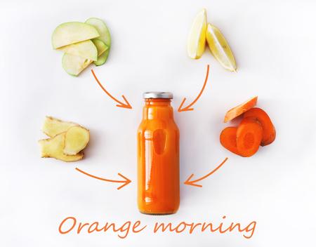 Detox reinigt drankconcept, plantaardige smoothieingrediënten. Natuurlijk, organisch gezond sap in fles voor dieet van het gewichtsverlies of vastendag. Wortel, appel, gember en citroen mix geïsoleerd op wit Stockfoto