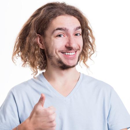 Ich mag das. Der glückliche Mann, der sich Daumen herauf Geste zeigt und auf Weiß lächelt, lokalisierte Hintergrund, Atelieraufnahme