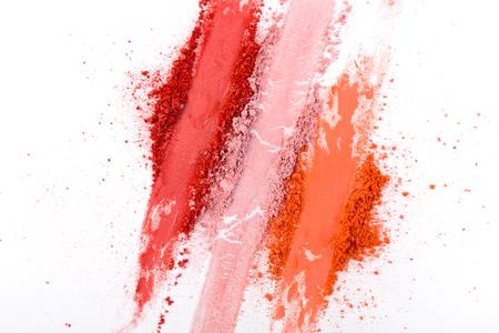 Make-up-Kosmetik. Erröten Sie zerquetschte Palettenanschläge, buntes Pulver auf weißem Hintergrund, Kunst des Makes-up Standard-Bild - 77506358