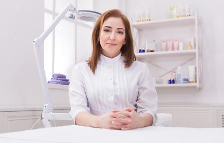 Donna, estetista, dottore, lavoro, centro termale. Ritratto di un giovane cosmetologo professionista femminile. Occupazione sanitaria, carriera medica