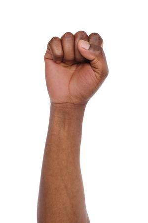 Mannelijke zwarte vuist die op witte achtergrond wordt geïsoleerd. Afro-Amerikaanse gebalde hand, omhoog gebaren. Tellen, agressie, dapper, mannelijkheid concept Stockfoto