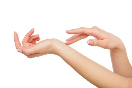 Vrouwelijke handen met Franse manicure die op witte achtergrond wordt geïsoleerd. Schoonheid en skincare-concept, close-up, knipsel