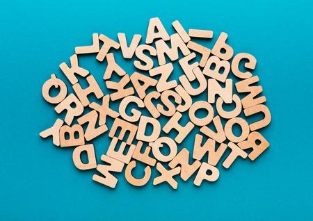 木製の英語の文字背景、コピー領域の山。アルファベット abc、研究教育コンセプト